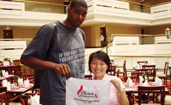 Andrew Bynum and his China Highlights guide