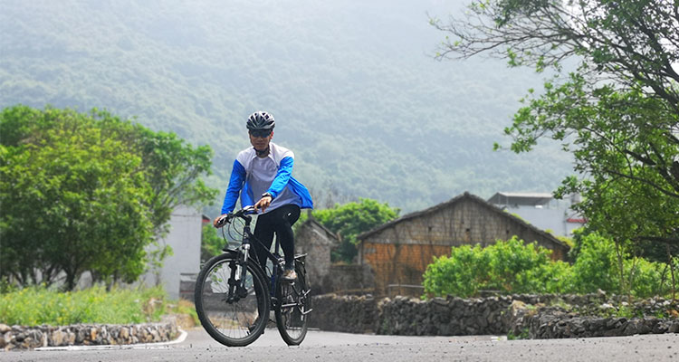 a Guilin local professional outdoor cycling coach