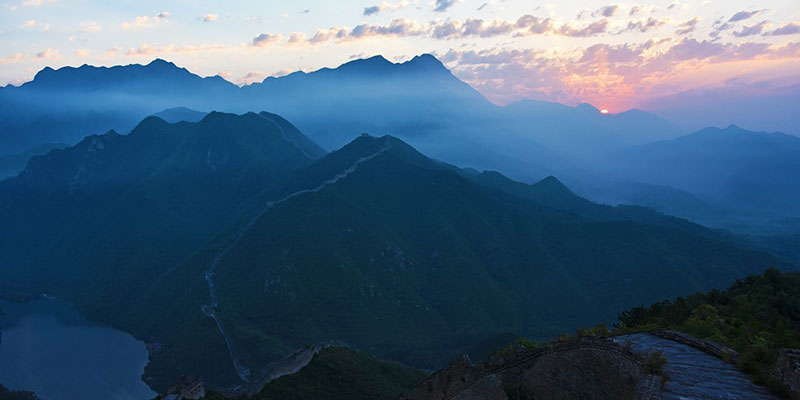 Enjoy the sunrise on the Huanghuacheng Great Wall