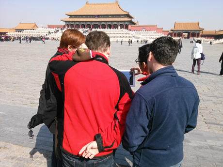 Expert Guide Use Ipad to Show Photos of Emperors and concubines