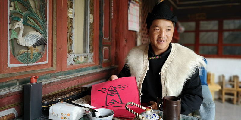 Visit a shaman's family in Baisha village