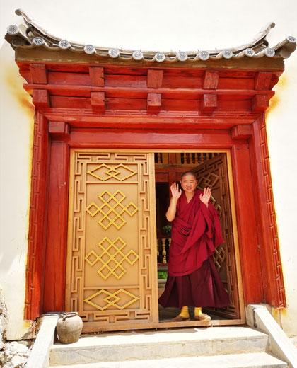 Visit the Songzanlin Lamasery and a lama's dormitory