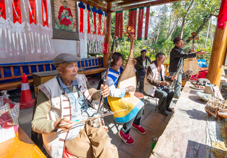 Yunnan minority people in Lijiang Ancient Town playing music